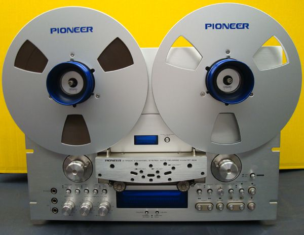 image of vintage analogue reel-to-reel tape recorder